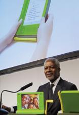 Kofi Annan helps Nicholas Negroponte launch OLPC at WEF in 2005 (copyright: Encyclopedia Britannica)