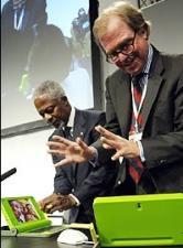 Kofi Annan helps Nicholas Negroponte launch OLPC at WEF in 2005 (copyright: unknown)