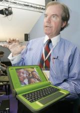 Nicholas Negroponte with the $100 dollar mockup-laptop (copyright: M. EULER/AP)