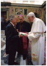 Pope Benedict XVI is presented with a XO laptop (copyright: unknown)